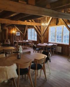 Ein Restaurant oder anderes Speiselokal in der Unterkunft Westerås Gard