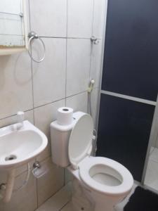 A bathroom at Pousada Penharol