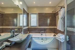A bathroom at villa Cocoa Saint-Tropez, vue mer , 6 chambres, a 400 m de la plage