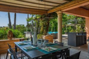 A restaurant or other place to eat at villa Cocoa Saint-Tropez, vue mer , 6 chambres, a 400 m de la plage