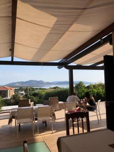 A restaurant or other place to eat at Amaremare B&B