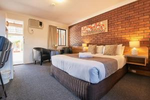A bed or beds in a room at Ruthven Street Motor Inn