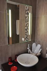 Ein Badezimmer in der Unterkunft Le Relais du Château Monney