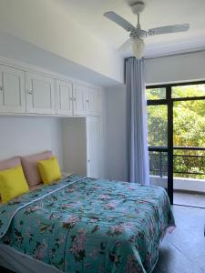 A bed or beds in a room at Apartamento Arraial Home