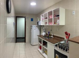 A kitchen or kitchenette at Apartamento Arraial Home
