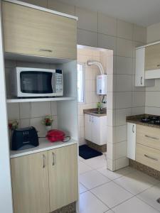 A kitchen or kitchenette at Lindo Apto Balneário Camboriú 300 Mts Praia