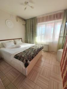 Кровать или кровати в номере Квартиры Звезда