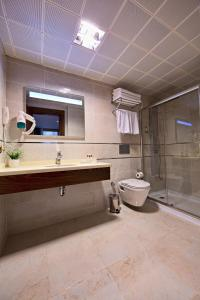 A bathroom at Eurostars Hotel Old City