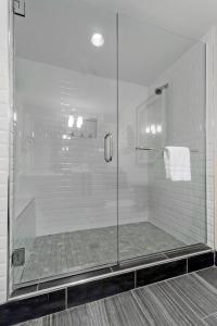 A bathroom at Artmore Hotel