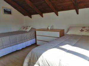 Una cama o camas en una habitación de Yellow House Cottage