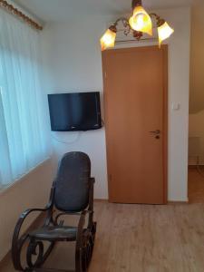 Televízia a/alebo spoločenská miestnosť v ubytovaní Pacsirta Vendégház Egerszalók