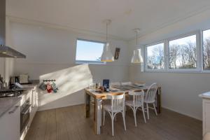 Een keuken of kitchenette bij Duinhof Dishoek Luxe appartementen