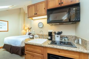 A kitchen or kitchenette at Inn at Lost Creek