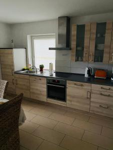 A kitchen or kitchenette at Pension im Heidort