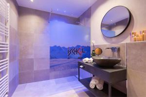 A bathroom at Hotel Garni Mirabell
