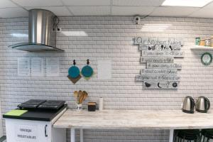 Кухня или мини-кухня в Белый Хостел