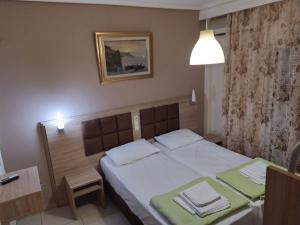 Un pat sau paturi într-o cameră la Sun Studios Pieria