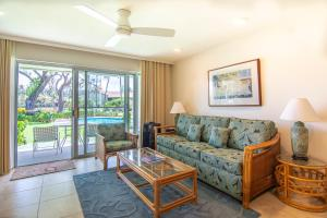 A seating area at Napili Surf Beach Resort