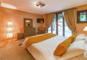 A bed or beds in a room at Villa Malika Silvana