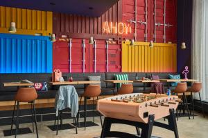A restaurant or other place to eat at Moxy Southampton