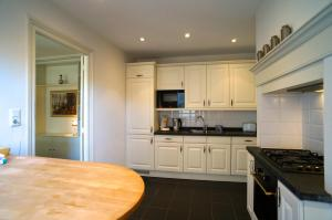 Een keuken of kitchenette bij Stayci Serviced Apartments Noordeinde
