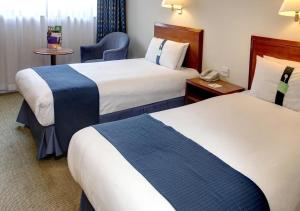A bed or beds in a room at Holiday Inn Aylesbury