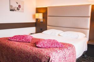 A bed or beds in a room at Van der Valk Hotel Amersfoort A1