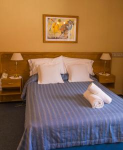 A bed or beds in a room at Hotel Los Troncos