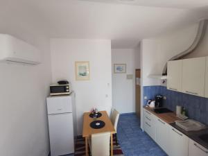 A kitchen or kitchenette at Apartments Lira
