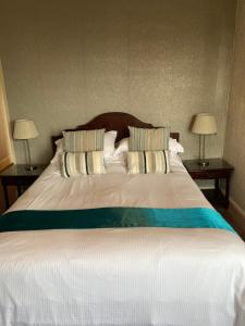 A bed or beds in a room at The Kingswood Guest House