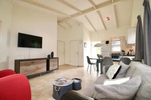 Uma área de estar em Beautiful detached holiday house in Curacao located at unique location in Seru Coral Resort