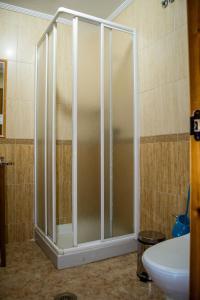 A bathroom at El Roble Hotel Restaurante