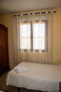 A bed or beds in a room at El Roble Hotel Restaurante