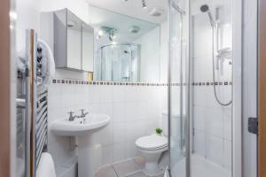 A bathroom at Stylish 2 bed apartment at Smeaton Court, Newbury