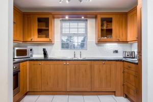 A kitchen or kitchenette at Stylish 2 bed apartment at Smeaton Court, Newbury