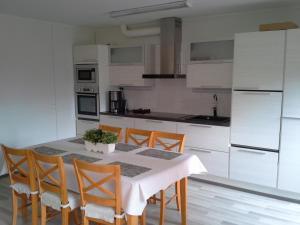 Кухня или мини-кухня в Karemajat Panorama hotel