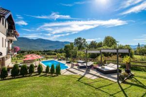 Vue sur la piscine de l'établissement Guest House Plitvice Hills ou sur une piscine à proximité
