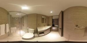 A bathroom at 甲山林101行旅