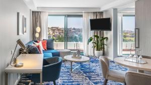 A seating area at Crowne Plaza Sydney Coogee Beach