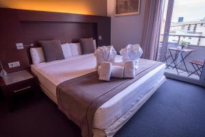 A bed or beds in a room at Hotel Madanis