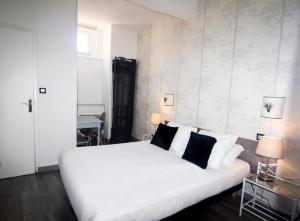 A bed or beds in a room at Hôtel Croix Baragnon