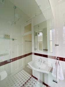 A bathroom at Carrington Hotel