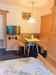 Ein Sitzbereich in der Unterkunft Hotel Alpenhof