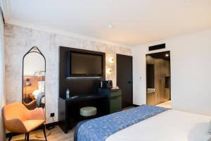 A bed or beds in a room at Appart'City Confort Genève Aéroport – Ferney Voltaire
