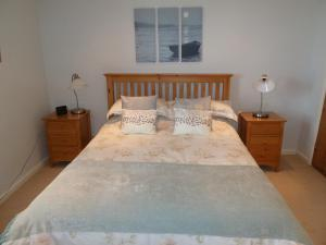 A bed or beds in a room at Seapinks Cottage