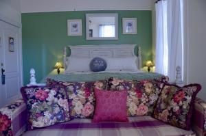 A bed or beds in a room at Starlight Pines Bed & Breakfast