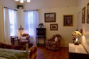 A seating area at Starlight Pines Bed & Breakfast