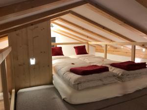 Ein Bett oder Betten in einem Zimmer der Unterkunft Grischuna Mountain Lodge