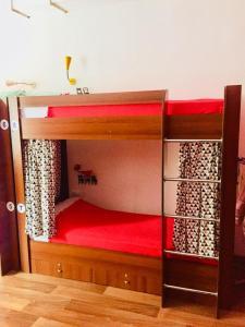 Двухъярусная кровать или двухъярусные кровати в номере Хостел FunKey Hostel