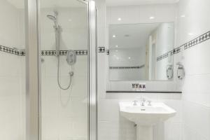 A bathroom at Mercure Blackburn Dunkenhalgh Hotel & Spa